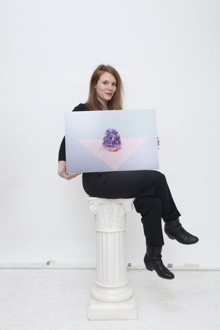 Fotograaf Anne Claire de Breij poseert met het schilderij. Beeld Marie Wanders
