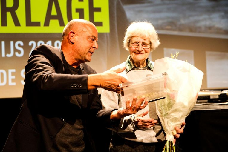 Saar Boerlage ontvangt de prijs Beeld Raymond van Mil