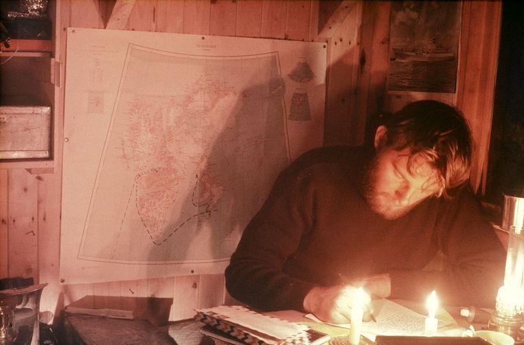 Ko de Korte schrijft brieven tijdens poolnacht, 5 november 1968 Beeld Eric Flipse