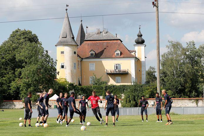 Een vertrouwd beeld in Mühldorf. De selectie traint op het veld dat aan het slot ligt waar de week wordt doorgebracht.