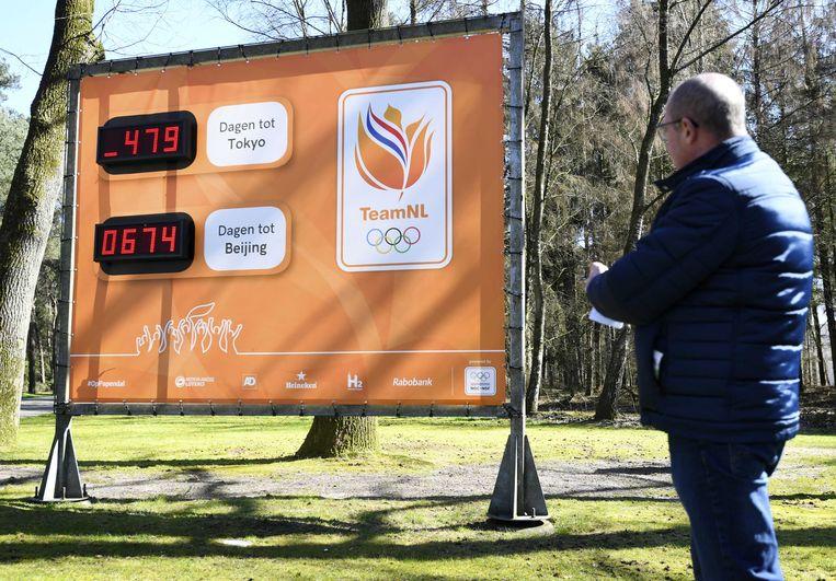 De klok bij sportcentrum Papendal die aangeeft over hoeveel dagen de Olympische Spelen beginnen, is bijgesteld. Het IOC laat vanwege de coronacrisis de Spelen in 2021 op 23 juli beginnen. Beeld ANP