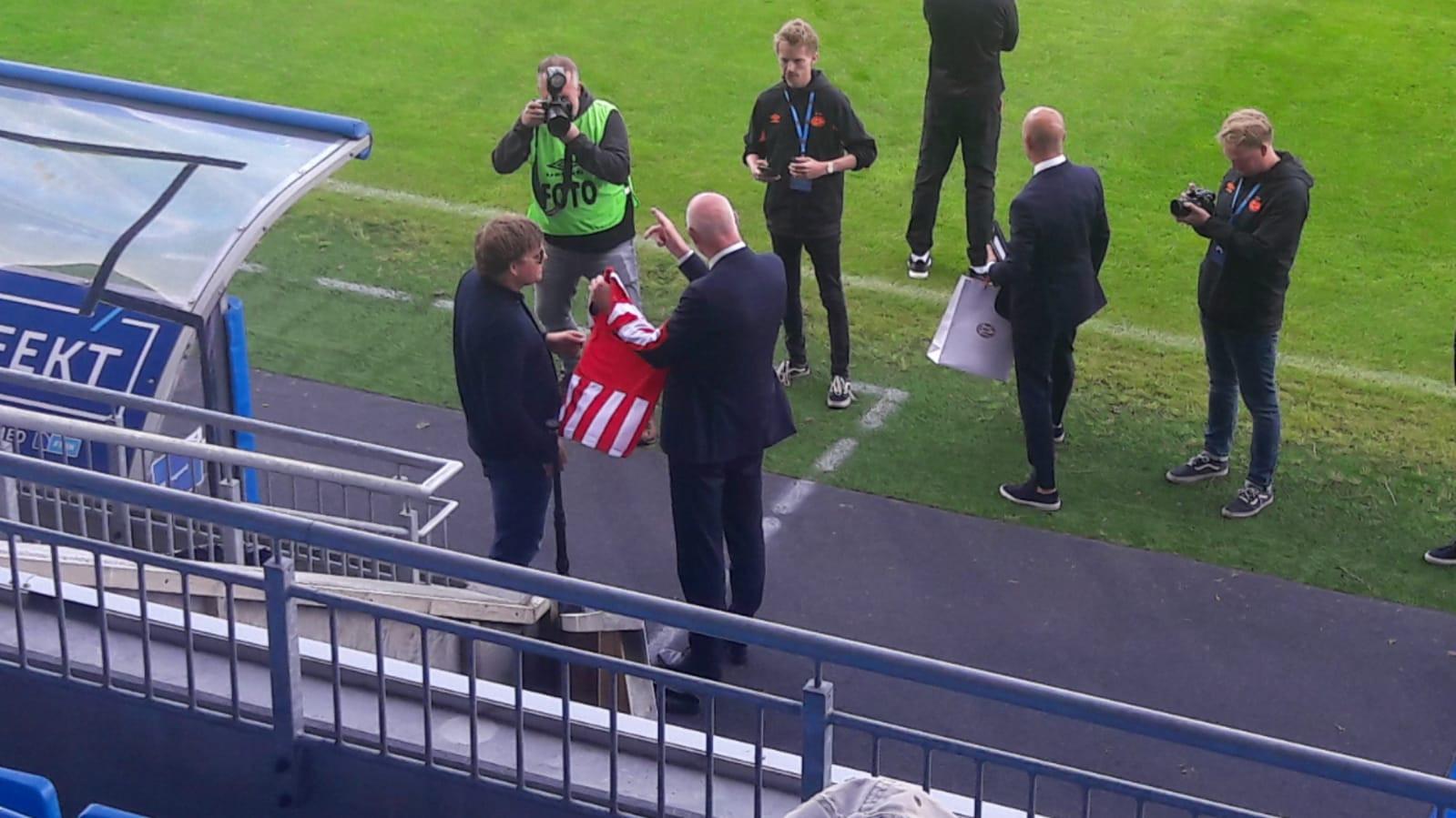 Gunnar Johan Sortland krijgt een PSV-shirt van Toon Gerbrands.