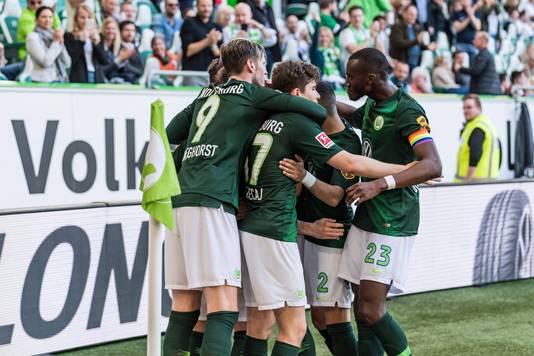 Wout Weghorst (#9) viert een treffer van zijn ploeggenoten.
