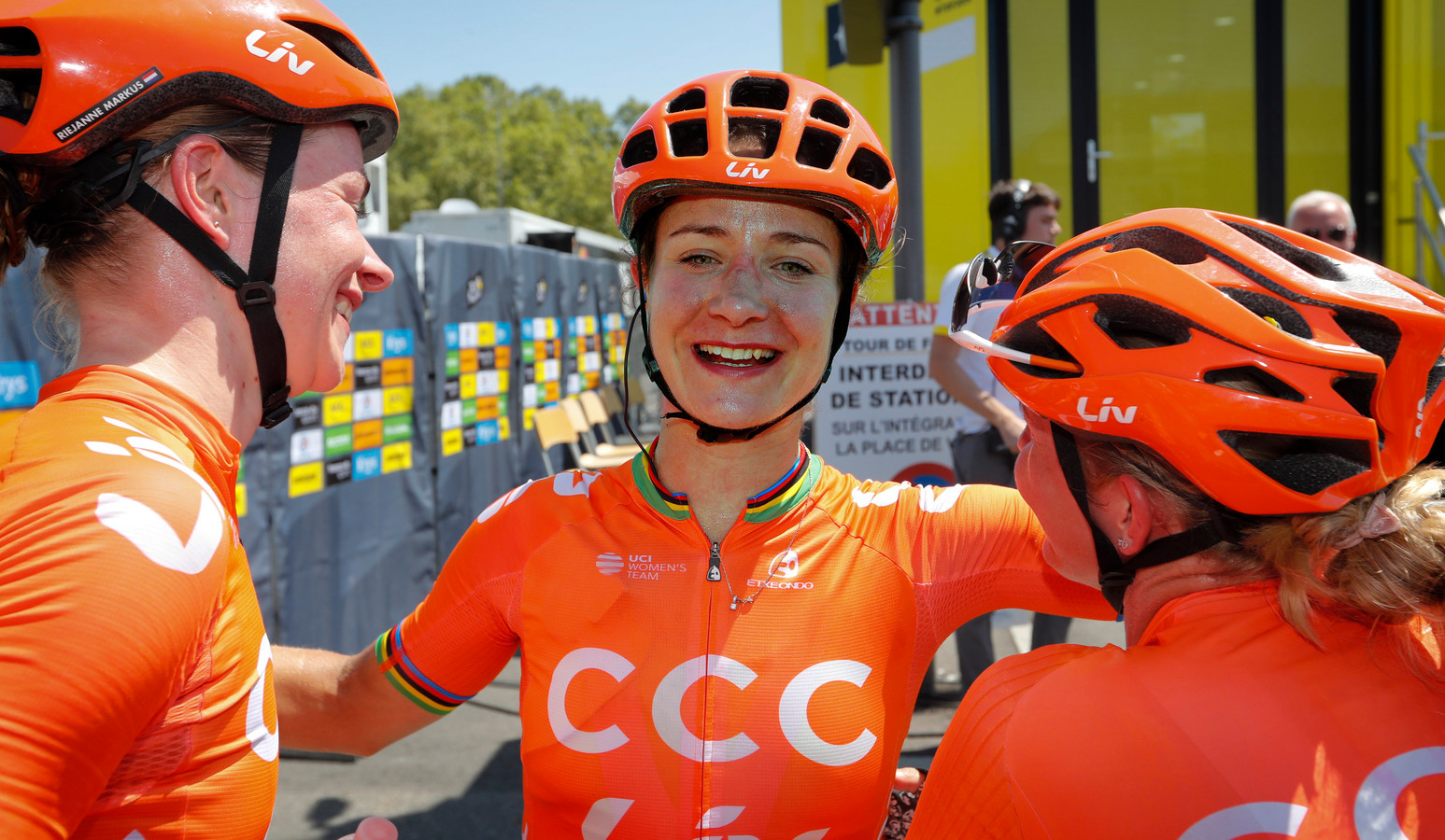 Marianne Vos viert haar overwinning met haar ploeggenoten.