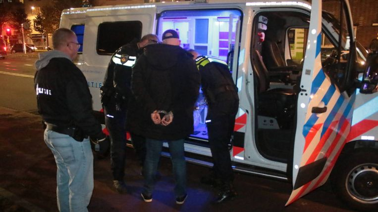 Een van de verdachten wordt opgepakt door de politie in Den Haag. Beeld Regio15