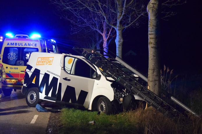De bestuurder van de bestelbus raakte gewond en werd per ambulance naar een ziekenhuis vervoerd.