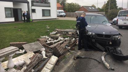 BMW crasht tegen tuinomheining