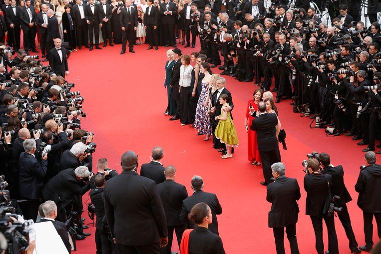 Steven Spielberg (tweede van rechts in de rij) op de rode loper in Cannes. Beeld Getty Images