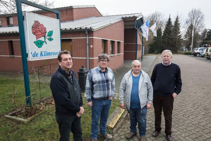 Bestuurders voor het gebouw van de Klimroos in Budel.