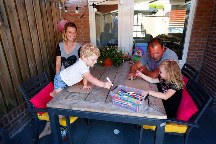 Kim Keizer met haar partner Dave Groenen en hun kinderen Femke (l) en Josje.