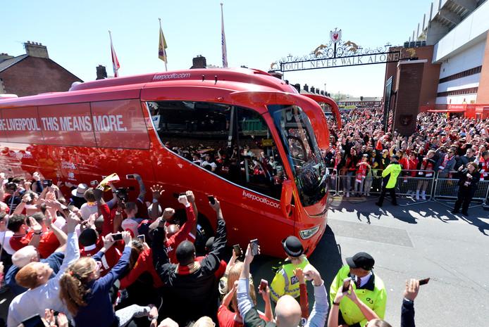 De spelersbus van Liverpool wordt onthaald voor de laatste competitiewedstrijd tegen Wolves. Vanmiddag gaan de spelers met een open bus door de stad.