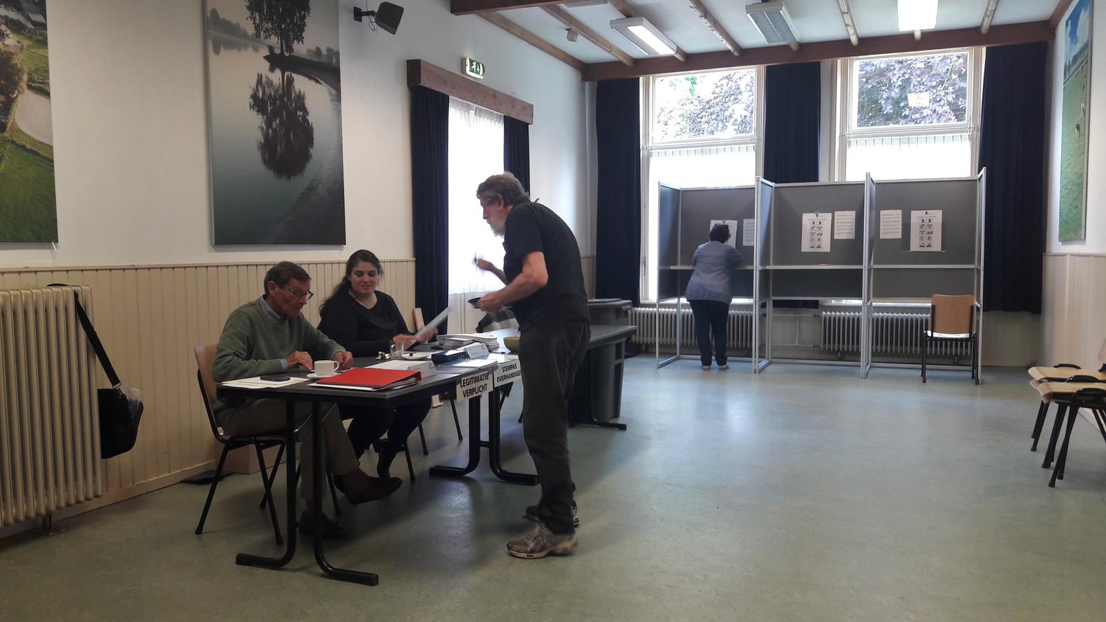 Stemmen in Dorpshuis Herpt. In het stemhokje brengt Ofra Harting haar stem uit.