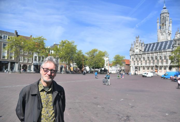 Stadsarcheoloog Peter Sijnke maakte een wandelroute door Middelburg langs verdwenen gebouwen.