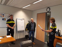 Politiechef Frank Frankema en Sylvia Te Wierik overhandigen Jacob Dijkstra de oorkonde uit Duitsland.