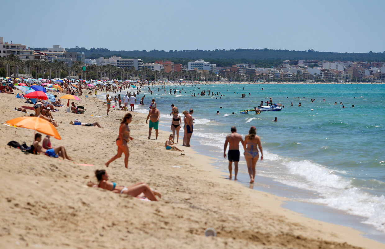 Het strand op het Spaanse vakantie-eiland Mallorca is weer open.  Beeld REUTERS
