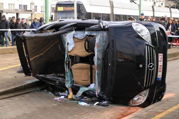Een Mercedes belandde om nog onbekende redenen op zijn zij. De bestuurder is in levensgevaar.