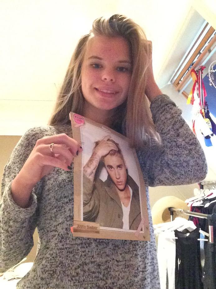 Sarah met een poster van Justin Bieber. Eigen foto