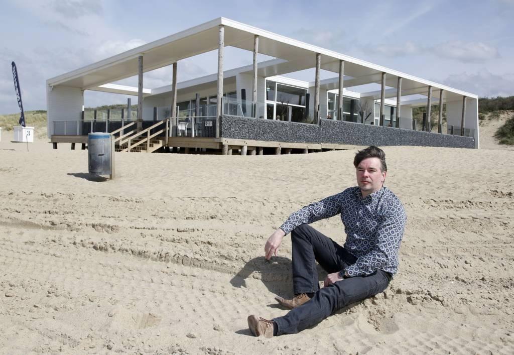 Architect Hans-Jurgen Rombaut voor strandpaviljoen Ruig bij Cadzand. foto Camile Schelstraete