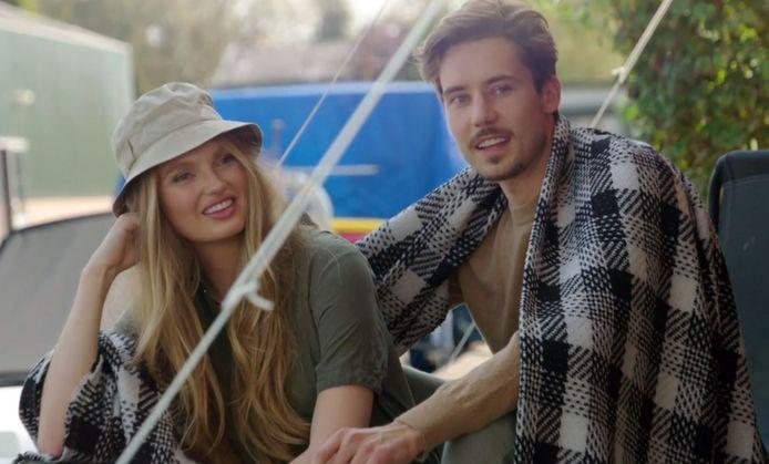 Romee en Laurens tijdens de kampeershoot.