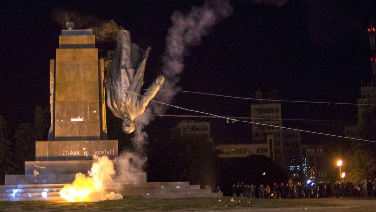 Lenin wordt van zijn sokkel getrokken. Beeld ap