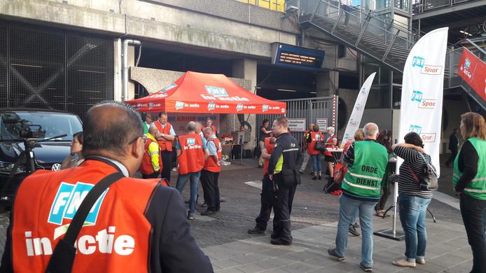 Een deel van het stakende personeel verzamelt zich naast het station.