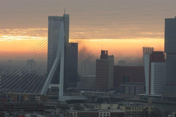 De rook is in de omgeving goed te zien.