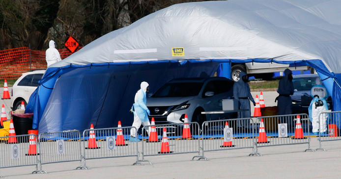 Automobilisten in Ambler (Philadelphia) melden zich bij gezondheidswerkers voor een 'drive-thru'-test om vast te stellen of zij het coronavirus onder de leden hebben.