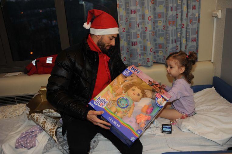 Yannick Carrasco had een 'levende baby' mee als cadeautje voor de kleine Ravza (2,5).