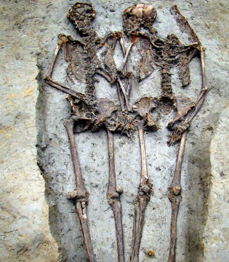 Oeroud skelettenpaar dat 'hand in hand' werd gevonden blijkt mannenduo