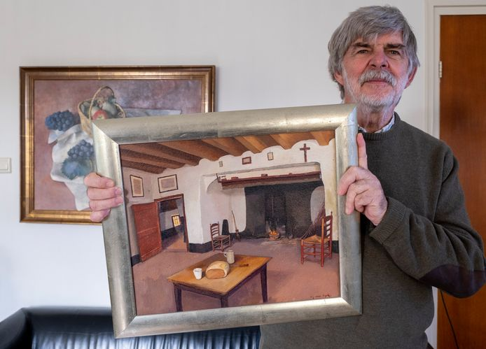Wim Hofman met het bewuste schilderij. Vooraan op het doek de tafel met de aangesneden mik erop.