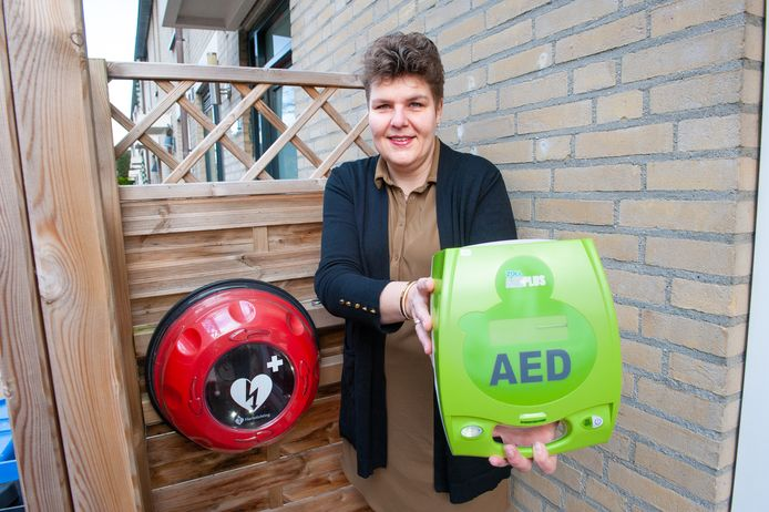 Gouda, Cindy Kerkhof heeft een AED naast haar eigen voordeur hangen.