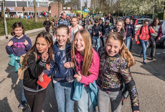 Leerlingen gaan op weg tijdens de eerste dag van de avondvierdaagse in Molenhoek.