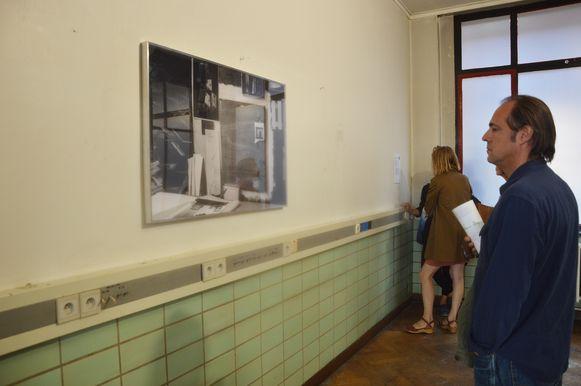 Bezoekers bewonderen het werk van Adriaan Verwée in het RTT-gebouw.