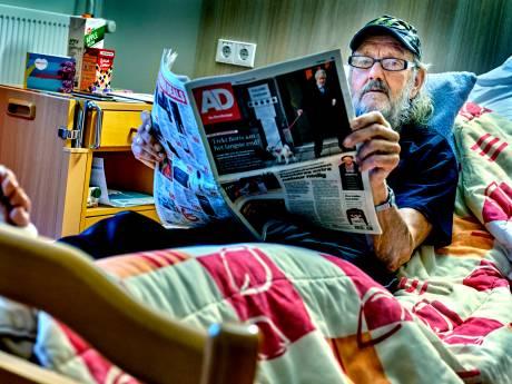 Buurt haalt kerstfooi op voor geliefde krantenbezorger die been brak: 'Ik schreeuwde het uit'
