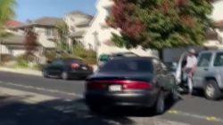 Verkeersruzie loopt uit de hand: bestuurder ramt man tegen auto