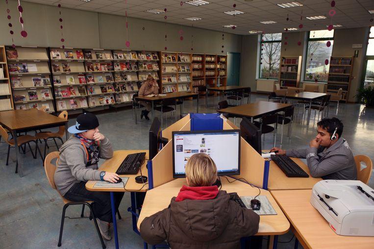 De leeszaal in de bibliotheek van Evergem.