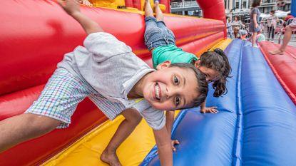 IN BEELD. Kinderen leven zich uit op springkastelen  op Vlaamse feestdag