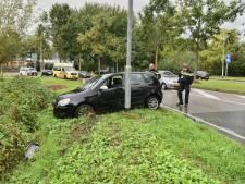 Auto vliegt uit de bocht in Breda, bestuurster naar het ziekenhuis