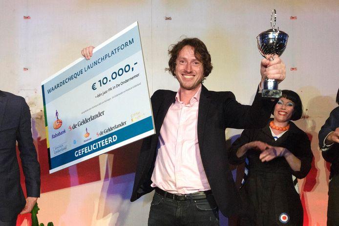 Martijn Enter van Novo Language met de cheque en de beker.