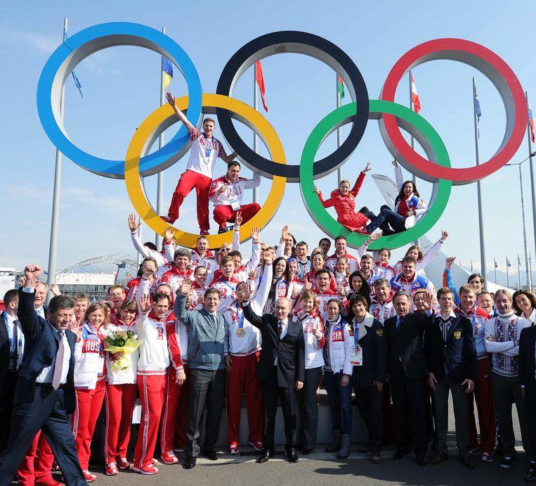 De Russische president Poetin met medaillewinnaars in tijdens de Olympische Spelen van Sochi in 2014.  Beeld EPA