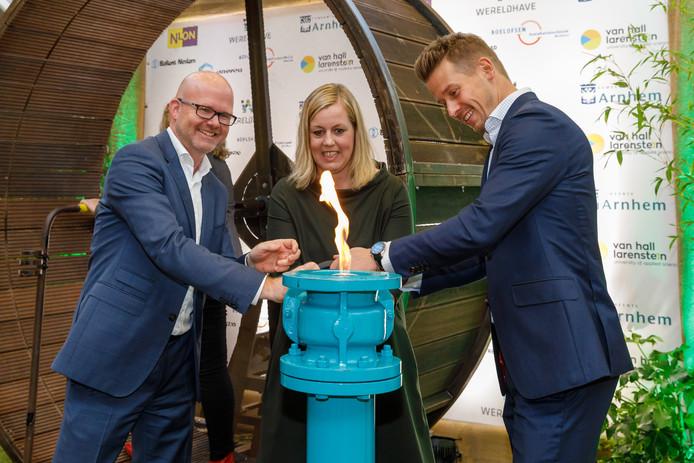 Het officiële fotomoment op winkelcentrum Kronenburg met (vlnr) Arno van Gestel van Nuon, wethouder Martien Louwers en Jeroen Verwolf van Wereldhave.