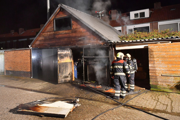 In een houten schuur aan de Columbusstraat in Valkenswaard heeft brand gewoed.