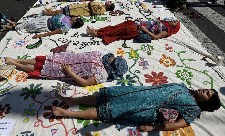 Studenten uit Guerrero woensdag tijdens een van de demonstraties in Mexico uit protest tegen het bloedbad in Iguala van 26 september. Beeld afp