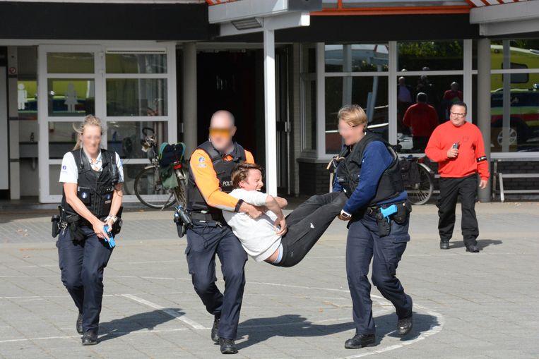 Een slachtoffer wordt geëvacueerd
