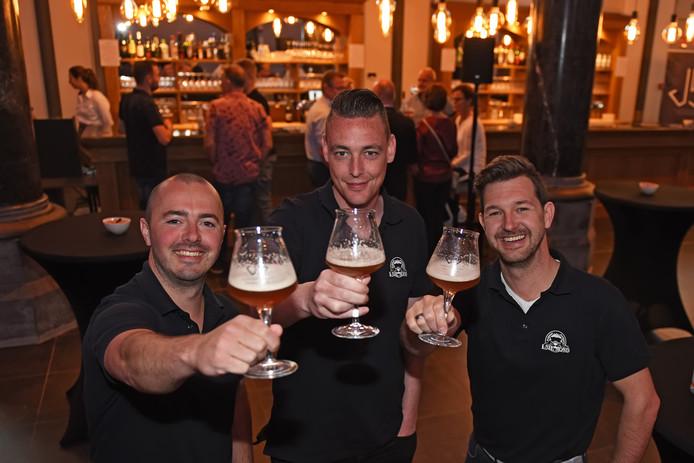KLUNDERT - Pix4Profs/Casper van Aggelen - De brouwers van Jakobus Buijs, Jeroen en Marc Strootman en in het midden Paul Langeweg proosten op en met hun nieuwe bier.