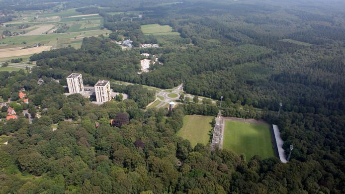 In het midden naast het bijveld van stadion De Wageningse Berg staat de nieuwe watertoren.