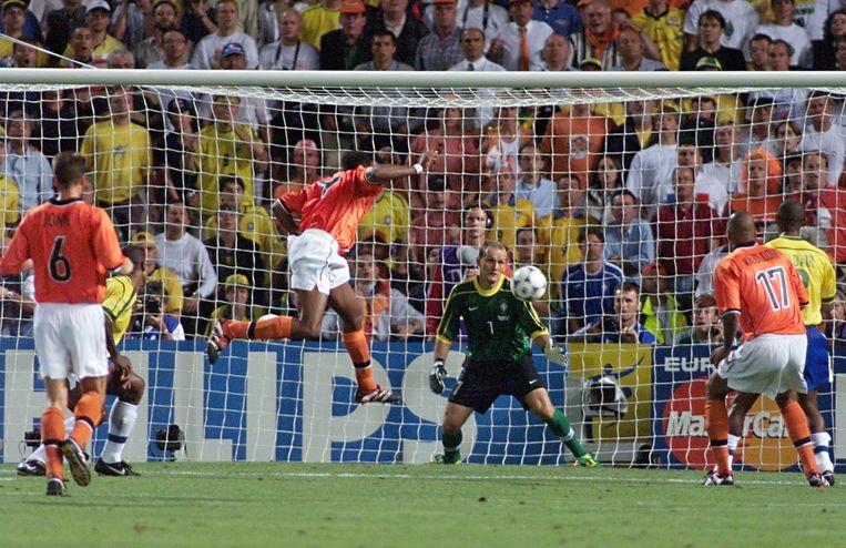 Patrick Kluivert kopt diep in de tweede helft tegen Brazilië de 1-1 binnen. Nederland leeft weer in de halve finale van het WK 1998 in Frankrijk. Beeld anp