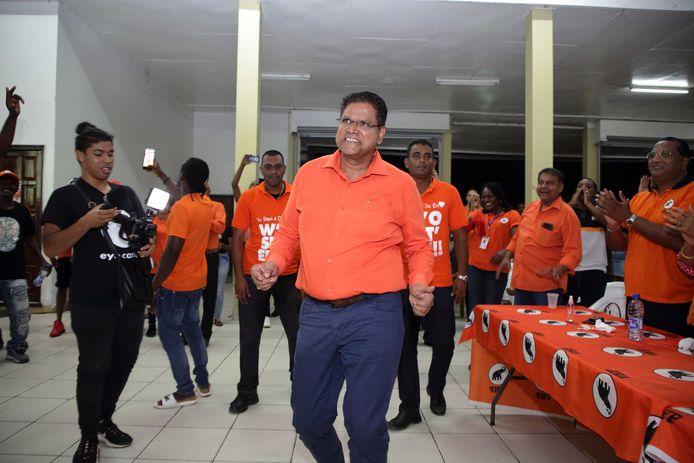 Chan Santokhi viert de zetelwinst in het partijcentrum in Paramaribo. Zijn oppositiepartij VHP lijkt de grootste te worden tijdens de parlementsverkiezingen.