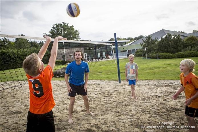 Marc Lohuis, beachtrainer van Devoko, probeert de jongens uit Denekamp met een clinic op de zaterdagochtend enthousiast te maken voor de volleybalsport.