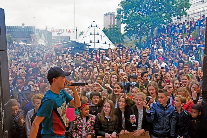Lil Kleine rapt zijn vooral jonge publiek toe. Dat doet hij op 24 augustus in Bergen op Zoom.